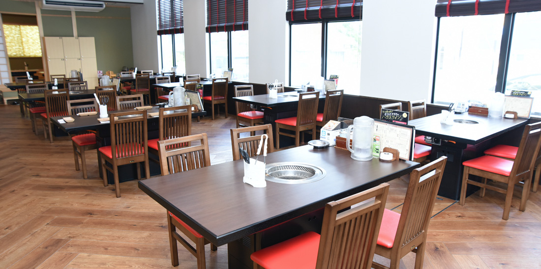 テーブルの幅も広々と快適!1テーブルに4名様座れます。